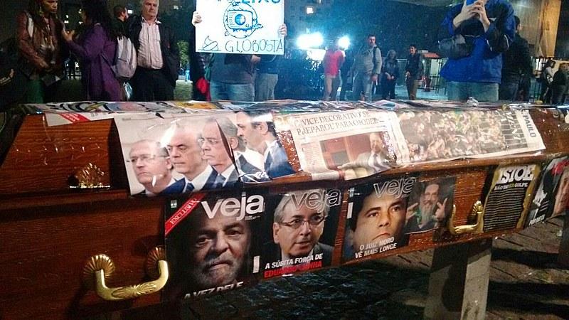 Ato no vão do Masp, em São Paulo (SP), no início da noite desta quinta (5)