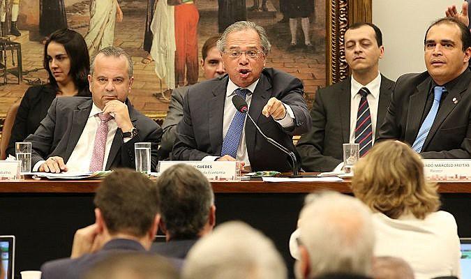 Ministro Paulo Guedes (centro), da Economia, tornou-se símbolo da agenda de retrocessos na economia do país