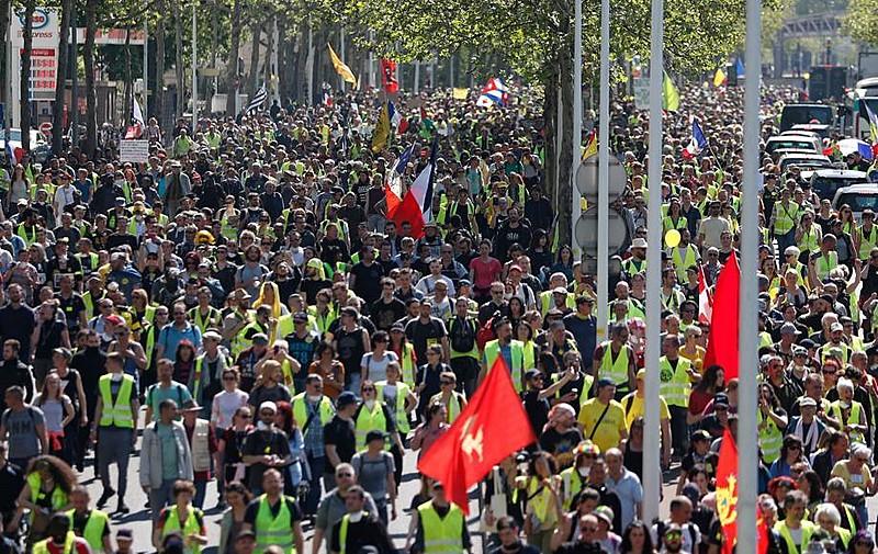 Milhares de manifestantes protestaram em Paris contra as políticas de Emmanuel Macron neste sábado (20); a polícia de Paris reprimiu o ato