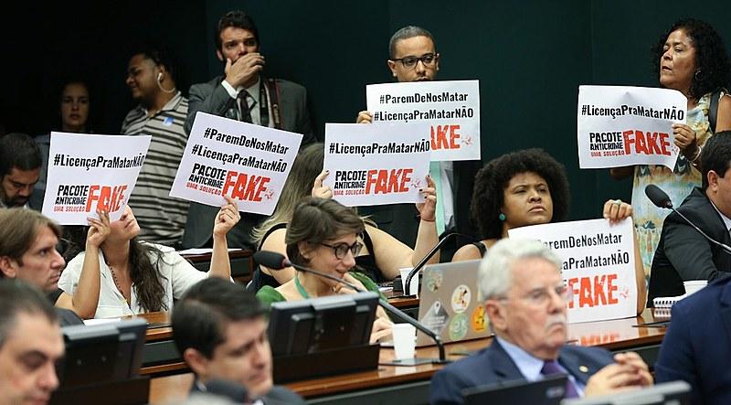 Empunhando cartazes, manifestantes acompanharam a reunião do GT sobre o Pacote Anticrime nesta terça (24), na Câmara