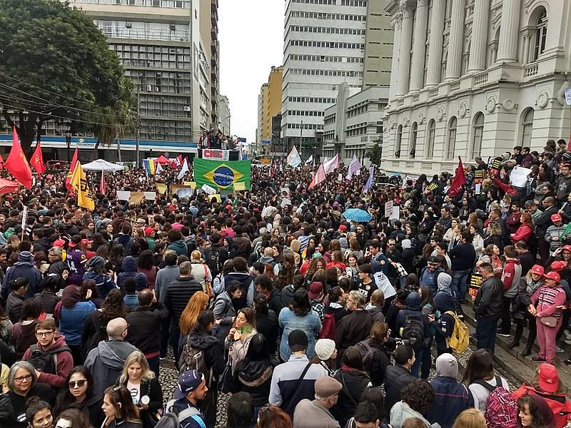 Estudantes em Curitiba (PR) se reúnem em frente ao prédio histórico da UFPR contra os cortes. Greve da educação tem atos em todo o Brasil.
