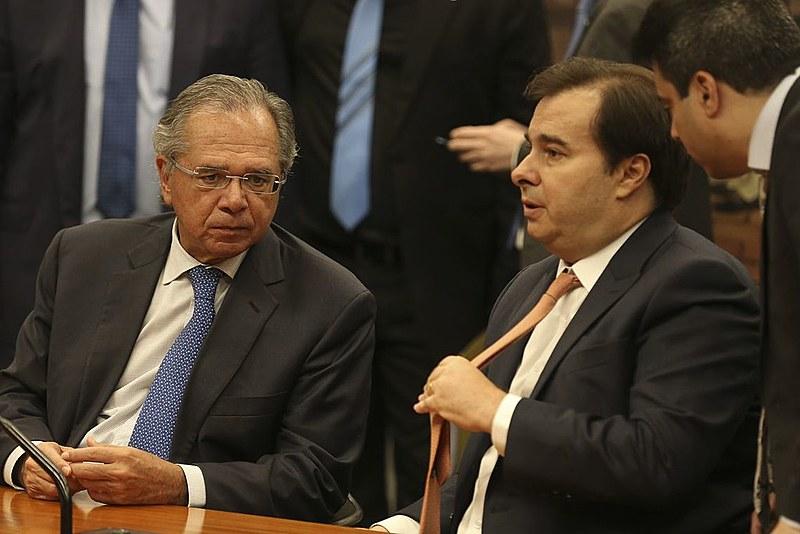Paulo Guedes (esq.), ministro da Economia, ao lado de Rodrigo Maia (dir.), presidente da Câmara