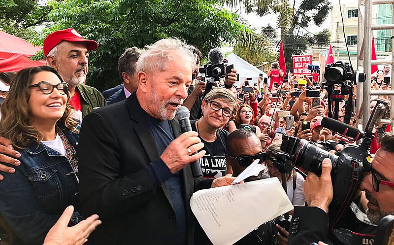 Ex-presidente foi libertado da Polícia Federal em Curitiba e discursou para integrantes da Vigília que zelou por ele durante 580 dias
