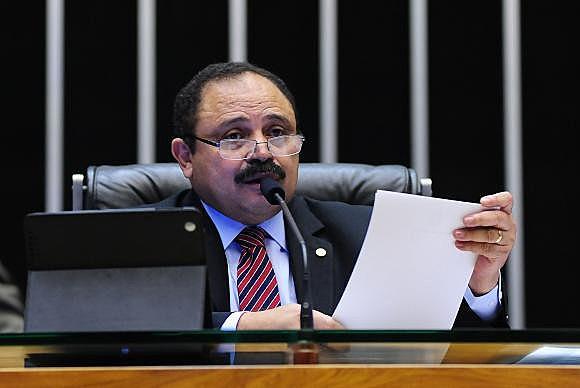 Waldir Maranhão, presidente interino da Câmara dos Deputados, revoga a anulação da votação do processo de impeachment de Dilma Rousseff