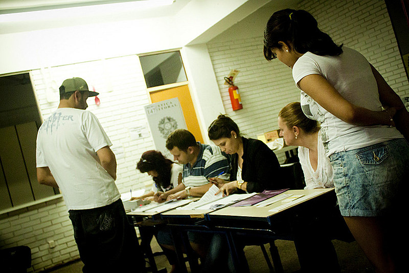 14% das mulheres que ganham até 2 salários mínimos votariam em Bolsonaro contra 32% das que ganham mais de 5 salários mínimos