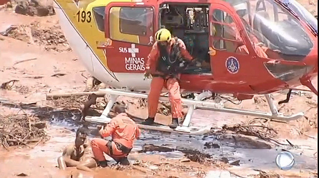 Socorristas trabalham no resgate de vítimas do mar de lama tóxica.