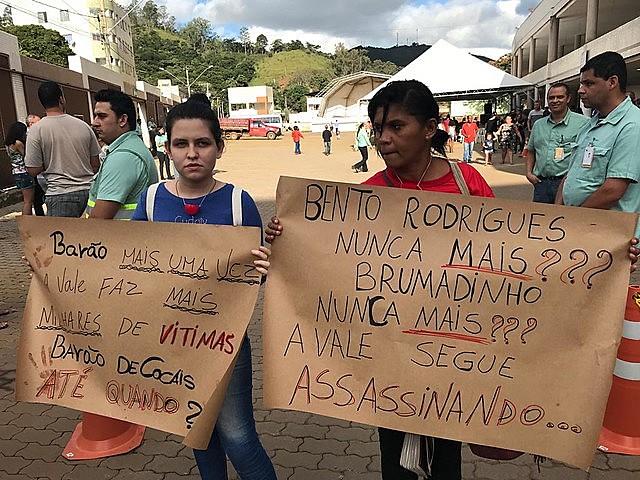 Moradores protestaram durante treinamento de evacuação na cidade de Barão de Cocais (MG) no sábado (18)