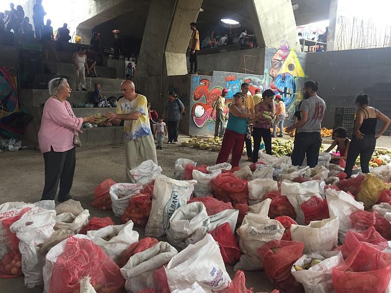 O consumo mensal acontece num espaço aberto do parque cultural Tiuna El Fuerte, no bairro El Valle, zona oeste de Caracas