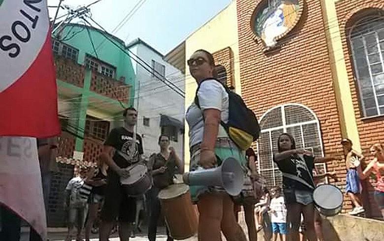 Abordagem de moradores nas ruas é feita com banda, em clima descontraído: diálogo em defesa da democracia