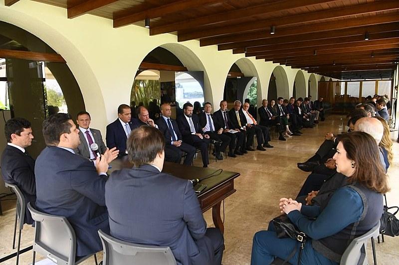 Presidentes do Senado e da Câmara, líderes partidários e o ministro da Justiça, Sérgio Moro, se reuniram nesta terça-feira (26)