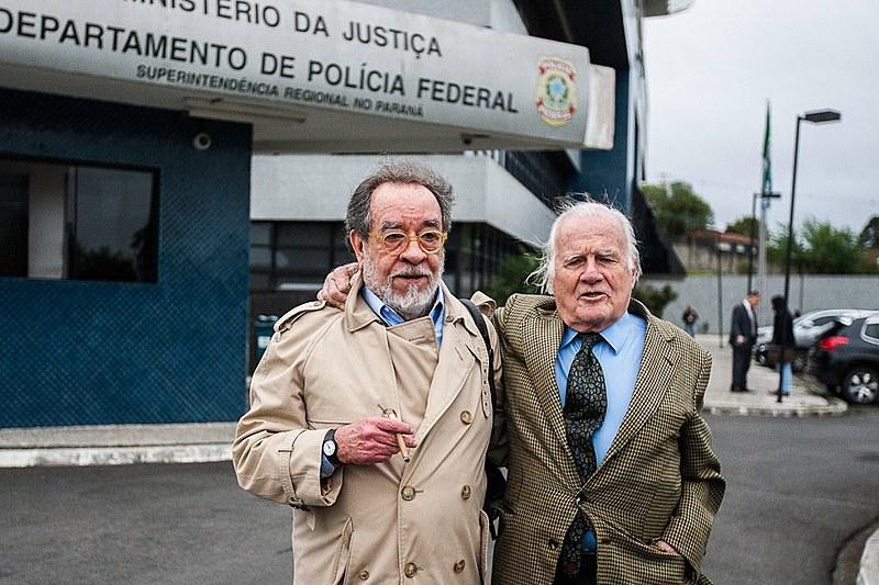 Os jornalistas Fernando Morais, do blog Nocaute, e Mino Carta, da revista Carta Capital, visitaram Lula nesta quinta-feira (11)