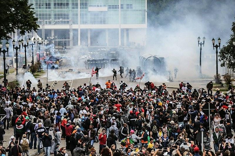 No dia 29 de abril de 2015, professores e servidores estaduais foram massacrados pela Polícia Militar. Cerca de 210 pessoas ficaram feridas