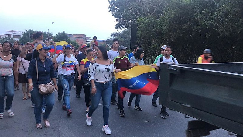 Caravana de opositores viaja em direção à fronteira para pressionar pela entrada de ajuda humanitária