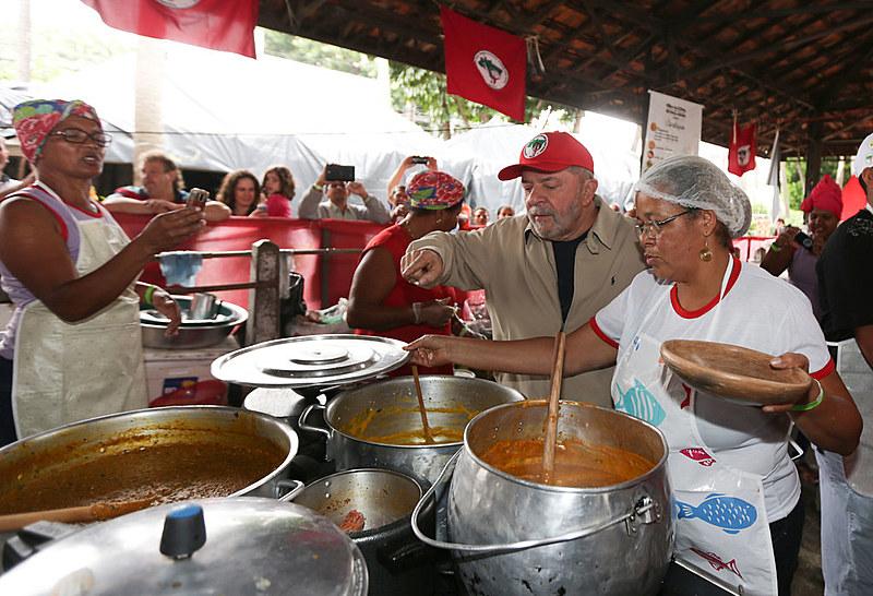Lula já provou e aprovou as delícias da Feira da Reforma Agrária