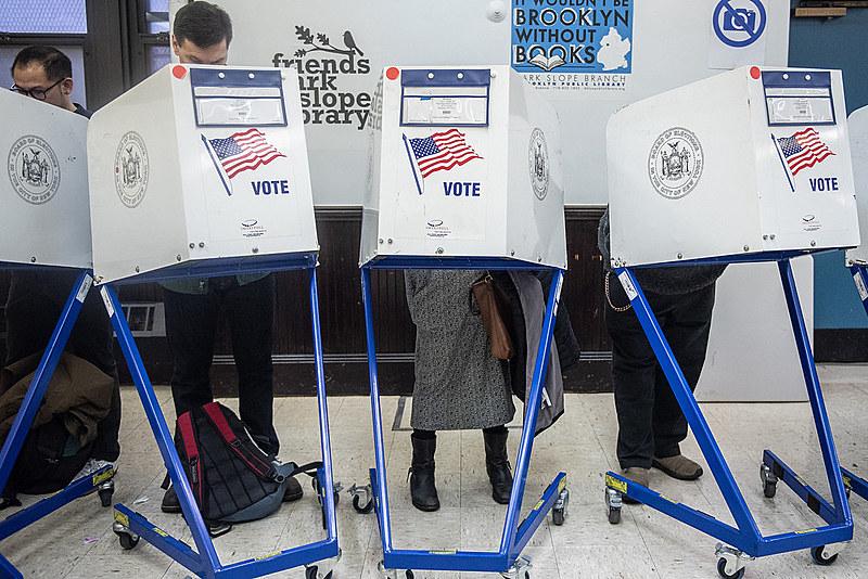 Apenas 5 dos 50 estados americanos adotam a votação totalmente digital, enquanto outros usam cédulas de papel e outros equipamentos.