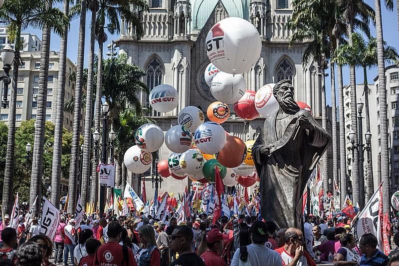 Centrais sindicais se unem em ato na Praça da Sé, centro da capital paulista