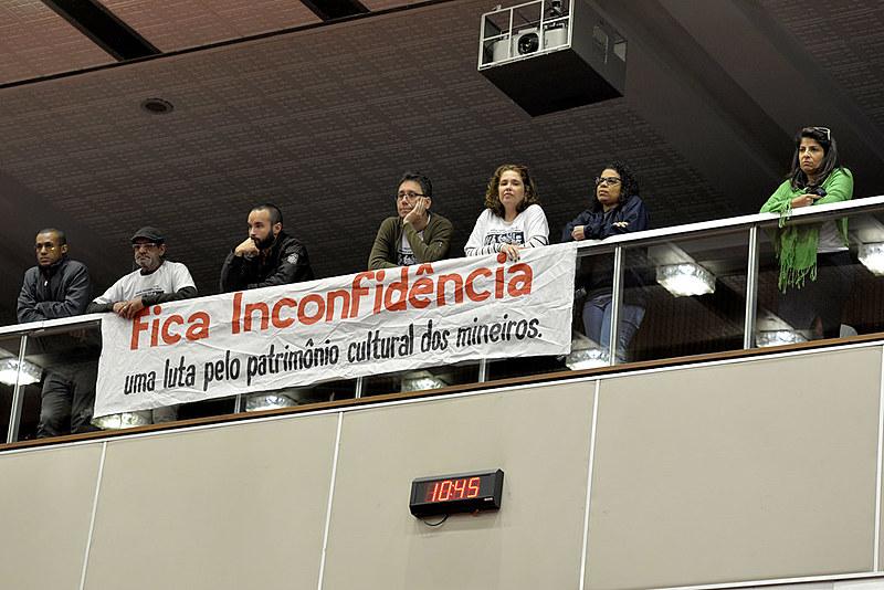 Manifestantes acompanharam a votação na assembleia legislativa, nesta quinta-feira (18)