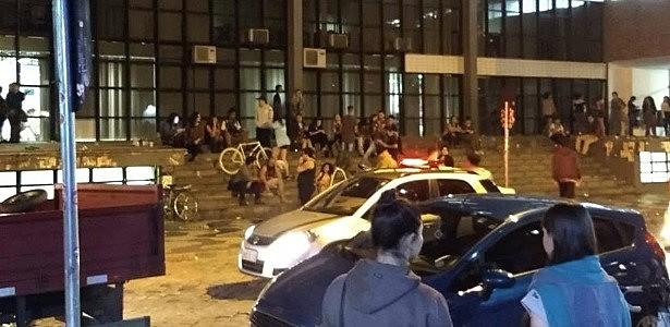 """Na noite de terça (09), um estudante da UFPR ,que usava um boné do MST, foi violentamente atacado aos gritos de """"Aqui é Bolsonaro"""""""