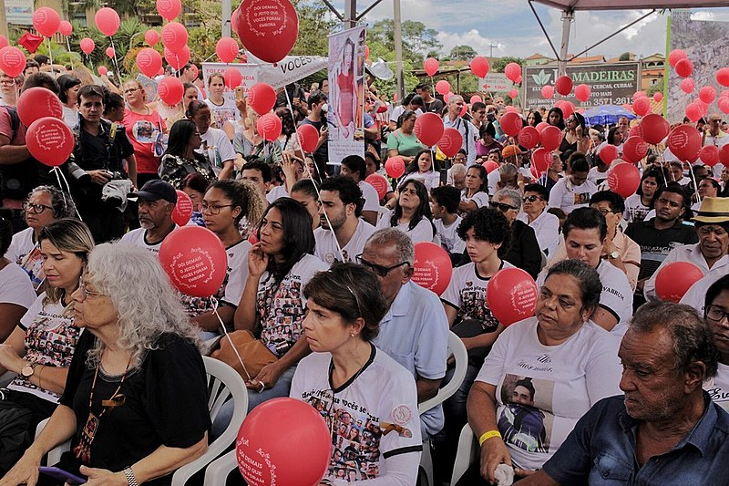 Balões foram lançados em homenagem às 272 vítimas do crime da Vale