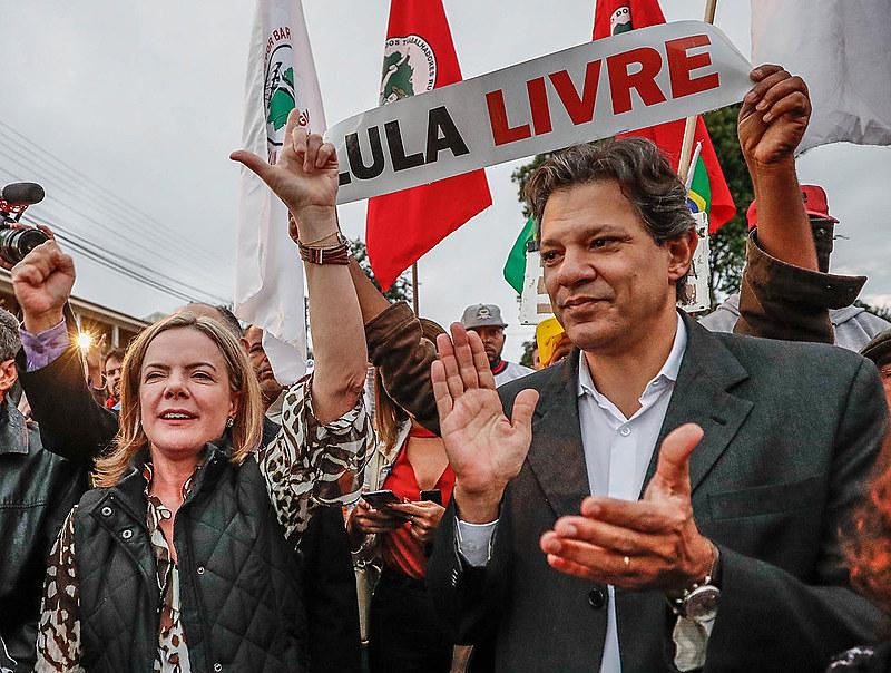 Haddad e Gleisi participam de atividade com militantes na Vigília Lula Livre, em Curitiba