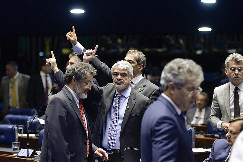 Votação se deu sob acirrada disputa entre governo e oposição, que se queixou de atropelos por parte da presidência