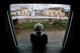 Da janela da Casa de Cora Coralina, visitantes veem o Rio Vermelho que corta a cidade de Goiás