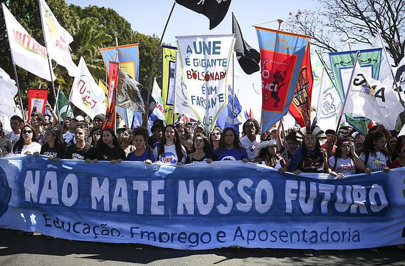 Brasília: estudantes protestam contra os cortes na Educação e a reforma da Previdência durante o último Congresso da UNE