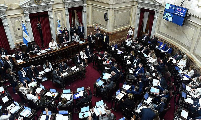 Lei foi aprovada por 45 votos a favor e 24 contra