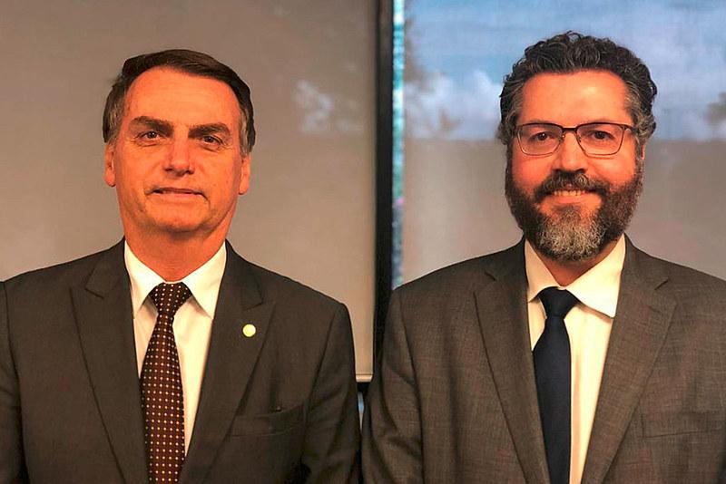 Presidente do Brasil, Jair Bolsonaro, com seu ministro de Relações Exteriores, Ernesto Araújo
