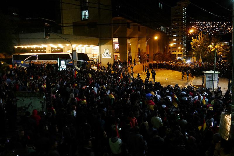 Na capital do país, manifestantes de duas tendências políticas se concentram em frente aos locais de contagem de votos