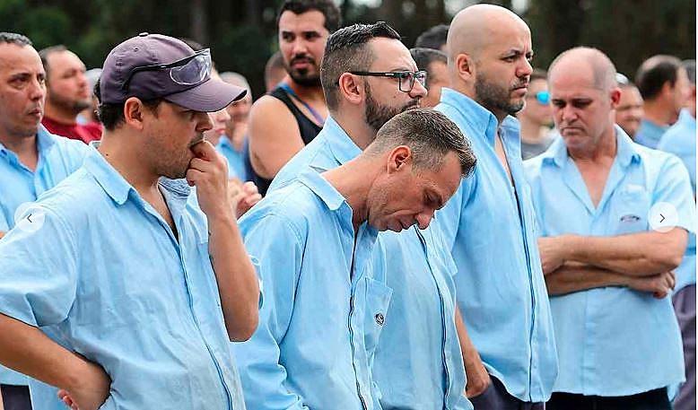 Trabalhadores desolados na última assembleia da Ford