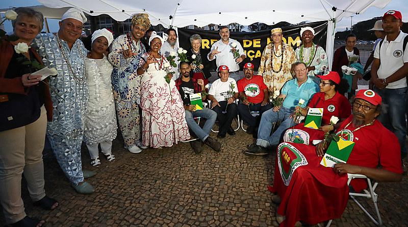 Líderes religiosos reunidos com grevistas durante ato inter-religioso em frente ao STF