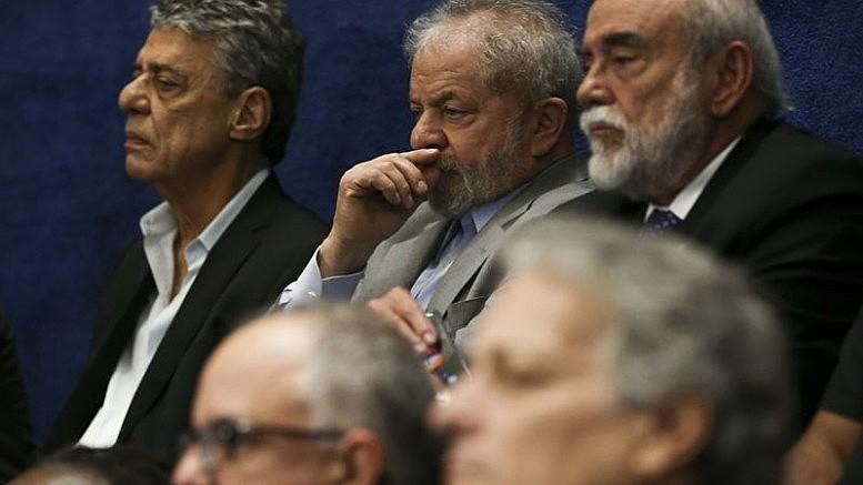 """Meios de comunicação foram """"pilares essenciais do golpe"""" dando destaque apenas para os informes da Polícia Federal sobre o caso do imóvel que citavam apenas o presidente Lula."""