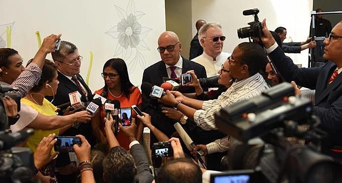 Delcy Rodríguez, presidenta da Assembleia Constituinte, Jorge Rodrigues, prefeito de Caracas, e diplomata Chaderton compõe mesa de diálogos