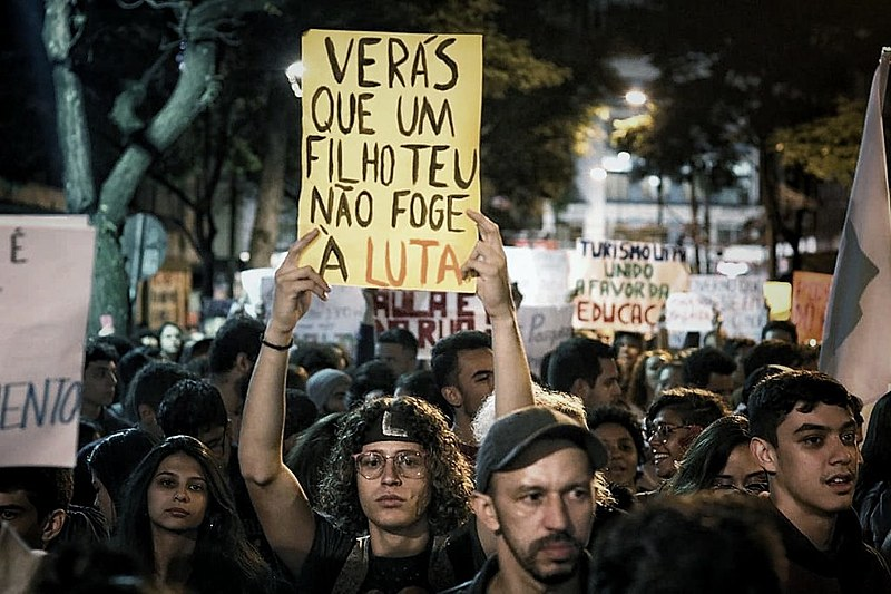 Em ato com milhares de pessoas em Curitiba, estudantes manifestaram sua indignação.