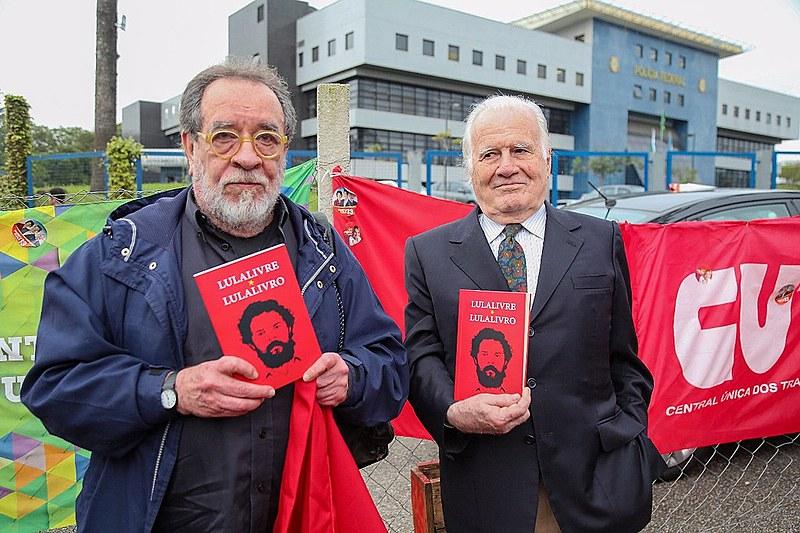 Os jornalistas Mino Carta e Fernando Morais, que visitaram Lula durante a ditadura, foram impedidos de ver o ex-presidente nesta quinta