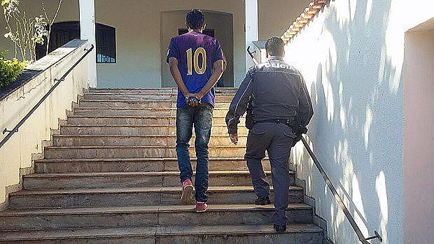 Foto da Polícia Militar do momento em que jovem é levada à delegacia em Pedregulho (SP)