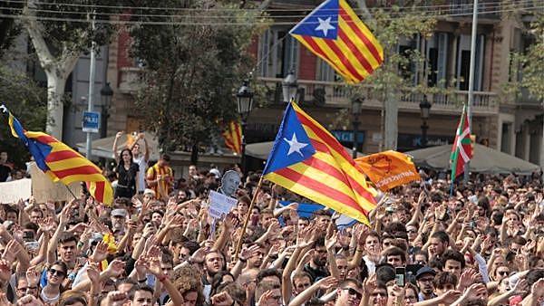 Manifestações de solidariedade com a Catalunha aconteceram em diversas cidades do Estado espanhol, como Madri, Sevilha, Valência, Bilbau