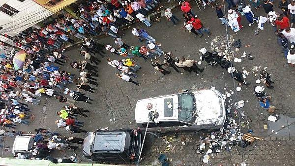 Carro de Rafael Correa foi atacado na tarde dessa quarta-feira, em frente a uma rádio, no norte do país