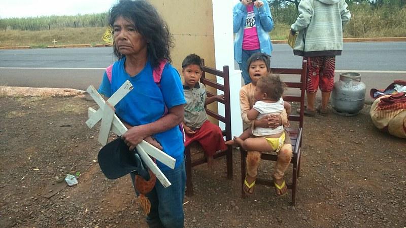 Cacique Damiana Cavanha saiu do acampamento levando cruzes representando mortos indígenas vítimas da precaridade da situação do seu povo