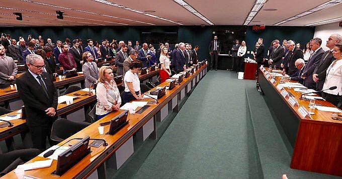 Durante minuto de silêncio em memória das vítimas de Brumadinho (MG), presidente da Vale foi único presente a não se levantar