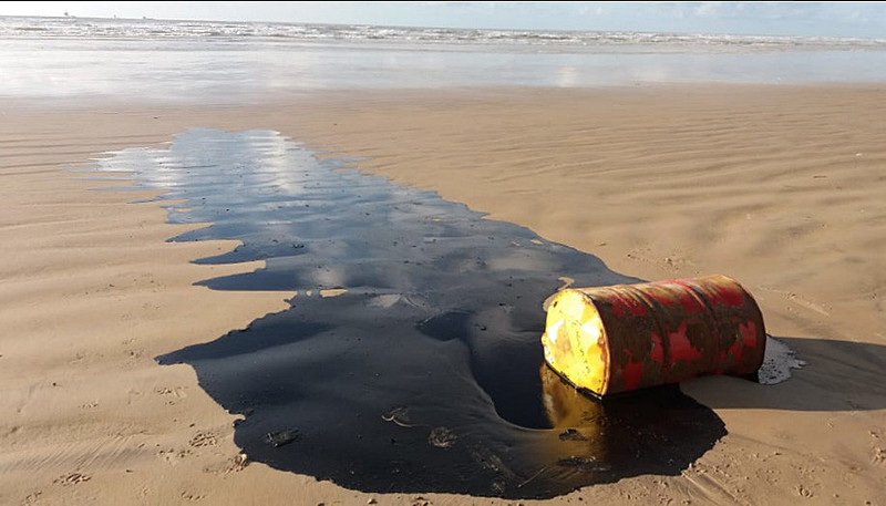 Barris de óleo são encontrados na costa sergipana.