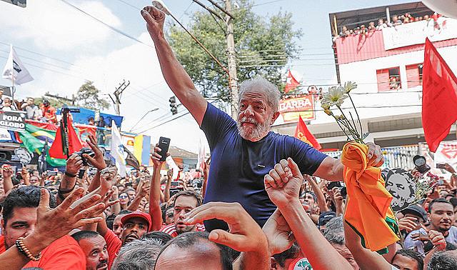 Lula es cargado en hombros por sus seguidores después de su discurso en São Bernardo, este sábado (7)