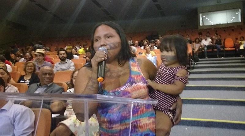 Maria Leusa Munduruku sofre ameaças de morte por defender o seu território. Ela falou na audiência do CNDH no Pará / Lilian Campelo