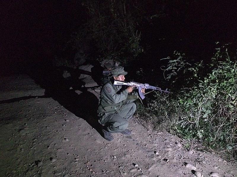 Soldados venezuelanos mantêm alerta em fronteira