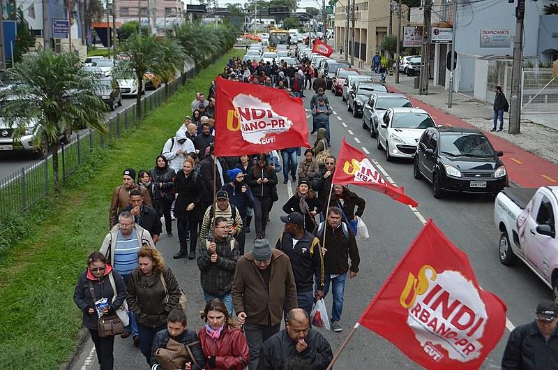Na manhã desta quarta-feira (27), cerca de 200 trabalhadores saíram em marcha até a prefeitura de Curitiba