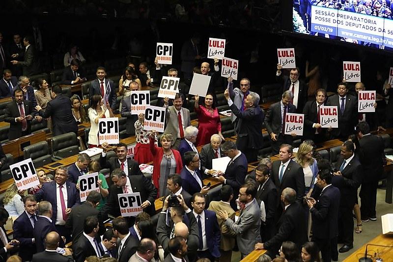 """Bancada do PT faz ato no plenário da Câmara em defesa da criação de """"CPI do Queiroz"""" e libertação de Lula (PT)"""