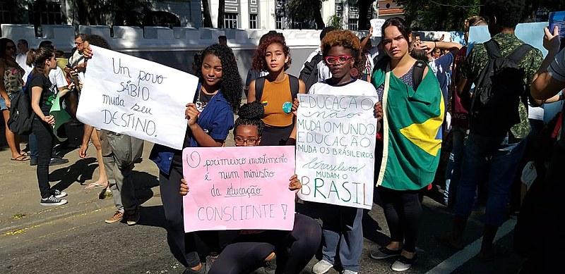Com palavras de ordem e cartazes, mobilização aconteceu em frente ao Colégio Militar onde Bolsonaro participava de evento comemorativo