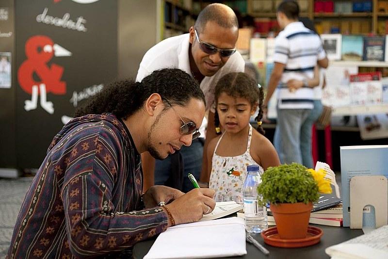 Ondjaki é autor do livro O Assobiador, publicado no Brasil pela editora Pallas