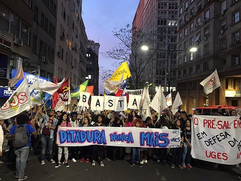 Após concentração na Esquina Democrática, ato percorreu as ruas da capital gáucha